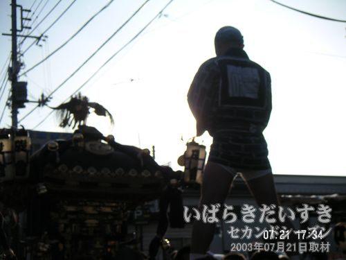作品:大神輿と拍子木<br>逆光をわざと狙った撮影作品です。