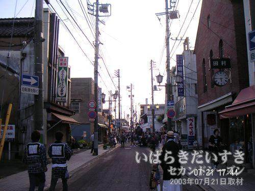 まちかど蔵の通り<br>神輿が動き出して、通りに活気が出始めました。