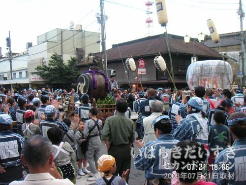 桜橋の交差点<br>十字路では出発の挨拶が行なわれ、三本締め。
