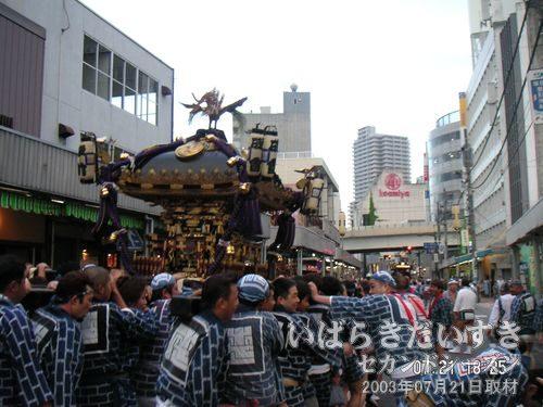 土浦駅方面に向かう<br>古きもの(神輿)が新しきものに立ち向かう感じで。