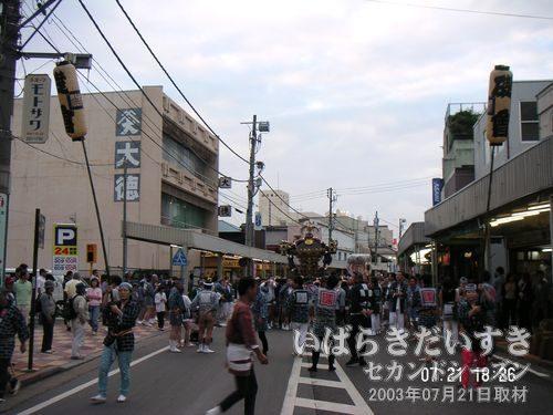 神輿は京成百貨店前を通過<br>土浦駅前大通りを、スポンサーに挨拶を入れながら、ゆっくりと練り歩きます。
