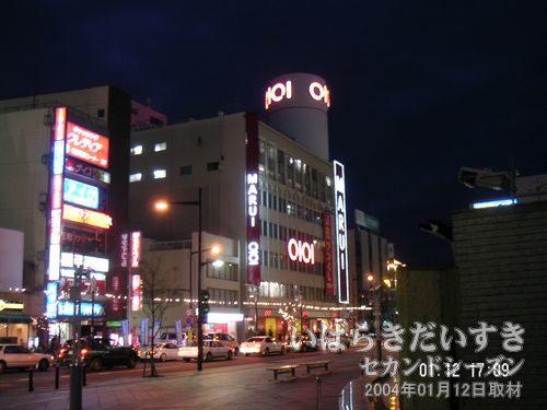 斜め左から撮影<br>ウララ広場から丸井土浦店を撮影。正面左手の小さい棟は、丸井きもの館。