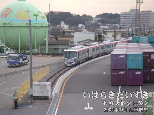 常磐線 土浦駅東口側<br>つくばエクスプレスの車両が、土浦駅構内に置かれています。