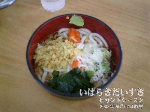 """冷やしたぬきうどん<br>新松戸駅の駅そばはよく利用していましたが、""""冷やし""""を食べたのは初めて。おいしいにゃ~(^^)。"""