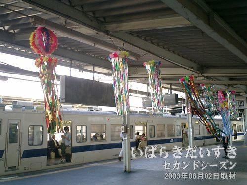 土浦駅ホームに七夕飾り<br>今年も土浦駅の1,2番線ホームに七夕飾りが飾られています。