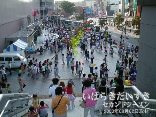 賑わう祭り会場〔ウララ広場〕<br>イトーヨーカドー横のウララ広場は、すでに賑わっています。いよいよですね~。