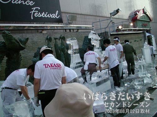 『氷の彫刻』 作成中<br>15時からウララ広場にて、『氷の彫刻』の製作が始まっているようです。