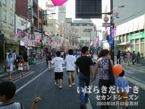 小網屋方面へ歩く<br>まつりのメインストリートを歩きます。ちょうど音楽隊パレードが終わった後です。