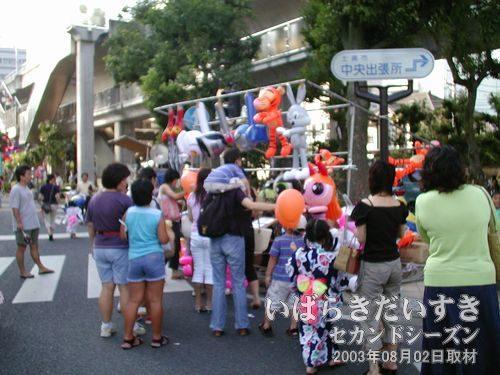 儲かる風船くじ<br>お祭り会場ではだいぶ見かけるようになりました。大人気な風船くじ。