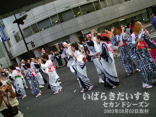 世界なかよし連<br>シンプルな浴衣を着た、世界の人たちが仲良く踊っていて、良い雰囲気(^^)。