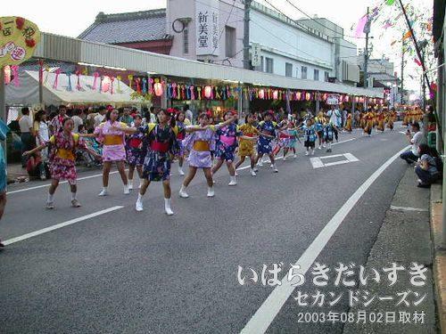 右籾一区はなまる連<br>パステルな女の子の踊りの後に、オレンジの着物の女性が続きます。