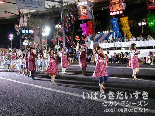 MIJ連<br>初参加で踊りに恥じらいが感じられます(^^)。