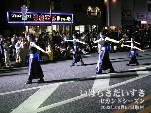 ウララ連<br>太鼓に合わせて踊りのポーズを決めていきます。