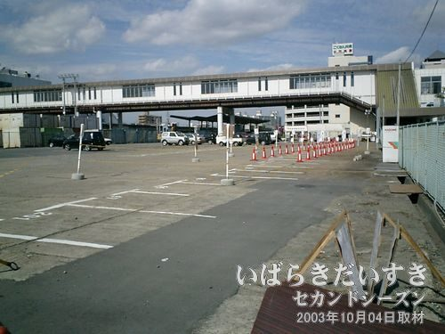 土浦駅東口 臨時バス乗り場<br>カラーコーンなどでバス乗車整列の準備をしていますが、15時からの運用とのことで、誰もいません。。