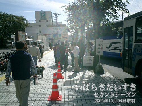 土浦駅西口の臨時バス乗り場<br>今年は乗車前に「乗車券」を購入するスタイルのようです。