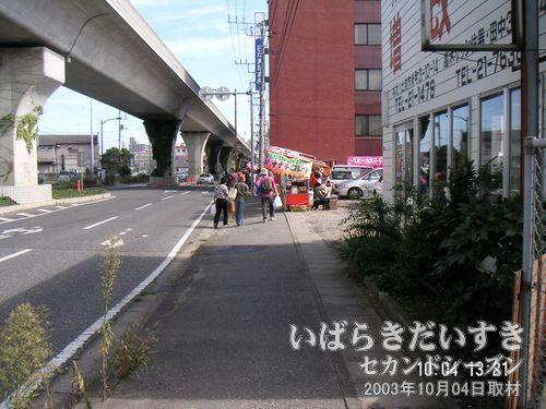 花火会場の桜川河川敷に向かう<br>土浦駅からのバスを降り、歩いて桜川河川敷に向かいます。写真左手の高架道路は「土浦ニューウェイ」。