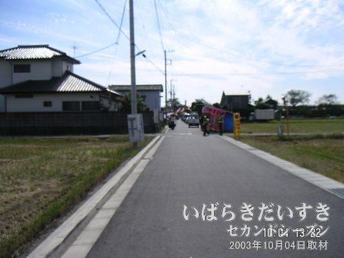 この道を、まっすぐ進めば、花火会場。