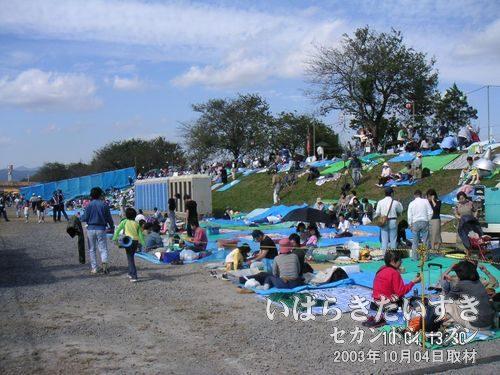すでに混み合う、花火会場 無料スペース<br>花火大会が始まるのは18時からなので、開始まで4時間半もあります。なのに、すでに良スペースは混み合っています。それだけこの花火大会に期待する人が多いのです。