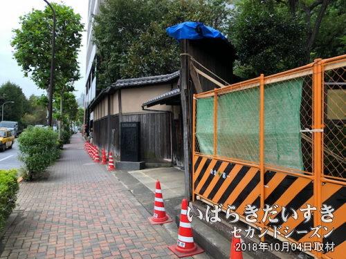 外壁の壊れた横山大観記念館<br>これを見たとき「こういう意匠だったけ!?」と思いましたが、前日の台風による被害だったのでした。