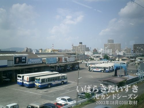 JRバスの車両基地が見える<br>常磐線下り列車左手にJRバスの車両基地が見えると、「土浦に来たな~」って気がして、うれしくなってきます(^^)。