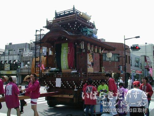 土浦観光協会(櫻はやし連)の山車<br>ゆっくりとウララ広場方面に入ってきて、停止しました。