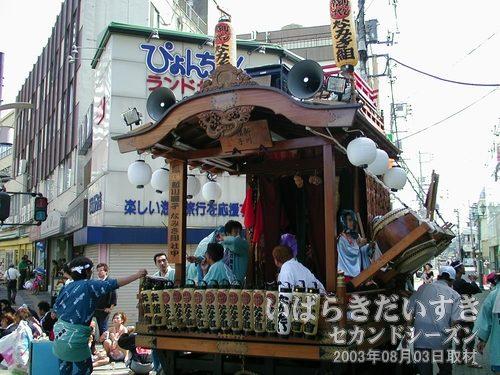 なみき組(新川囃子)の山車<br>土浦東部ホテル(跡)前で待っているのは、新川囃子 なみき組の山車です。