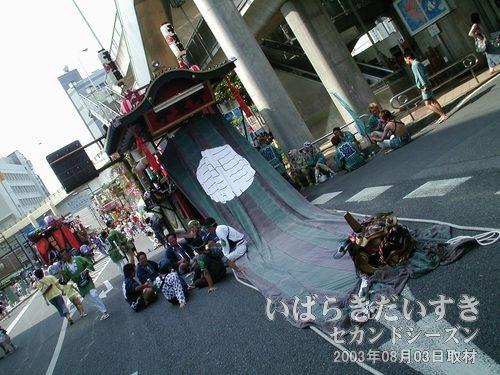千束町の山車<br>祭り本部前で待っているのは千束町。緑色の幌の先には、赤黒い獅子頭。