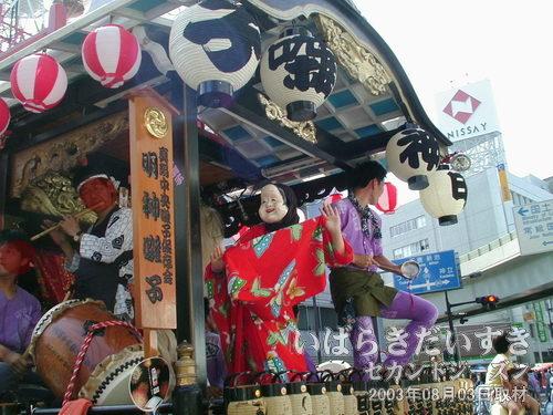 真鍋3丁目(明神囃子)の山車<br>祭り大会本部前でおかめが踊っています。振り袖を持って踊る姿が好き(^^)。