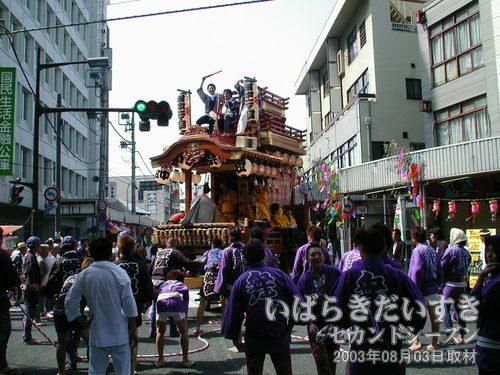 田中2丁目の山車<br>山車の上野台座部分がぐるぐる回っています。舞台では白狐が踊りを披露。目が回ります(^^;)。