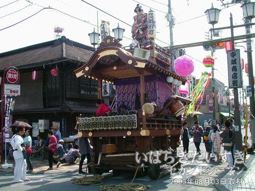 真鍋新町(親友組)の山車<br>山車のてっぺんに乗っているのは、桃太郎の人形。山車は重量感があります。
