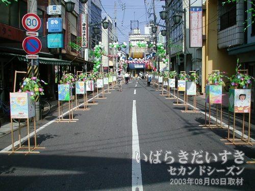 本町通り(土浦商工会議所方面を眺める)<br>田往路両脇には、行灯がずらーっと並んでいます。
