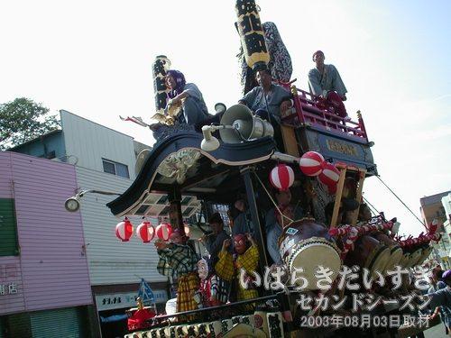 常北町(新城組)の山車<br>舞台では、3人のひょっとこが踊っています。