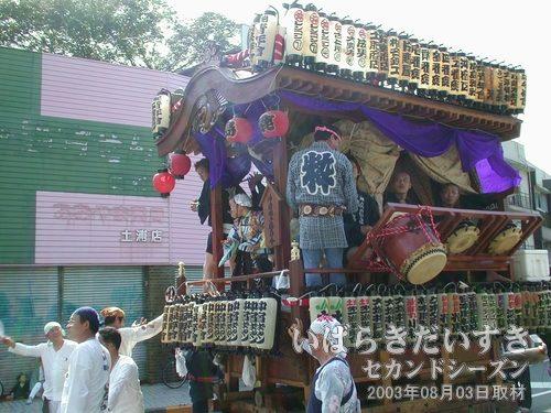 沖宿町の山車<br>ゆっくりと中央通り商店街の方向に進んでいきます。