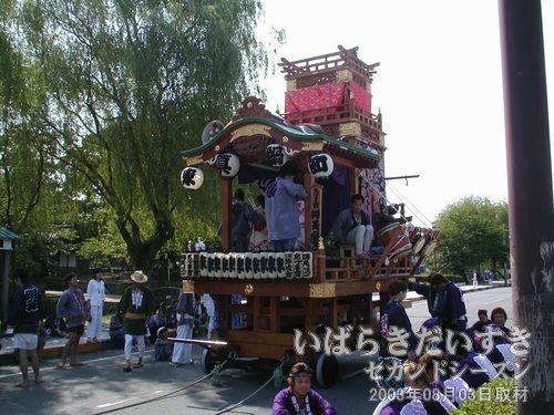 東真鍋町の山車<br>亀城公園でスタンバイしています。出発はまだのようです。