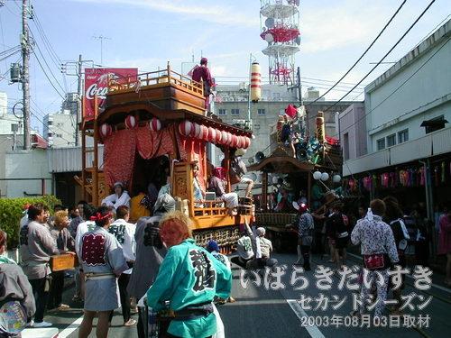 なみき組と富士崎町の競演<br>中央通り商店街では、なみき組(新川囃子)と富士崎町が競演しています。