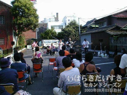 キララ サウンドシャワー2003<br>白石書店前の駐車場では、素人バンドによるライブが行なわれています。