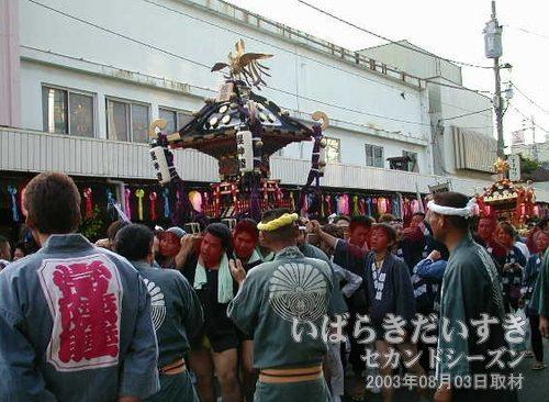 2基の神輿が土浦駅方面へ進む<br>「生活雑貨オレンジ」(閉店)の前を通過していきます。