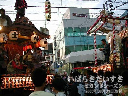 UFJ銀行前 競演2<br>その後に入ってきた富士崎町と真鍋台連合との競演。