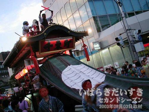 千束町の山車<br>亀城公園方向から土浦駅方向へ千束町の山車が移動しています。