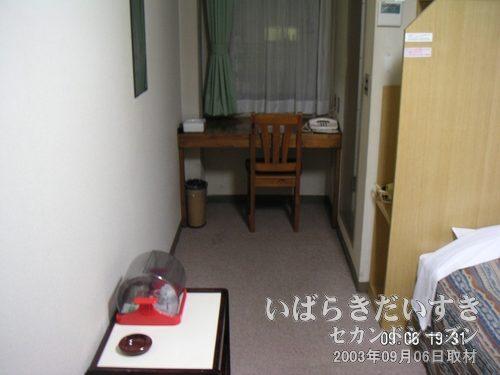 学園桜井ホテル 室内<br>縦長の部屋です。きれいですねー。