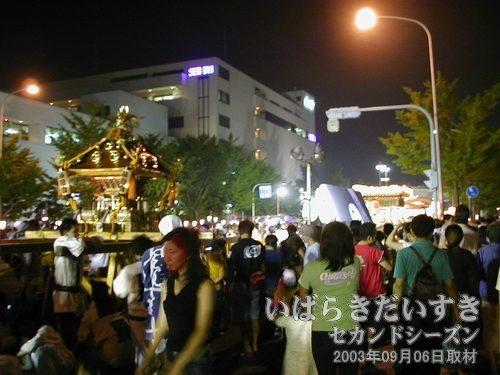まつりつくば パレード中<br>神輿、山車、ねぷたなどでパレード会場は人であふれかえっています。