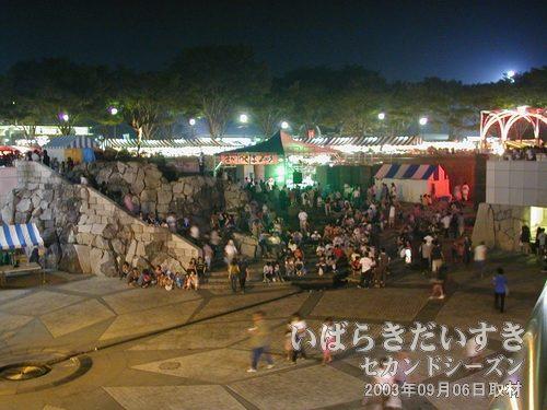 つくばセンター中央の広場<br>階段が座席になるステージでは催し物が開かれ、たいへん活気があります。