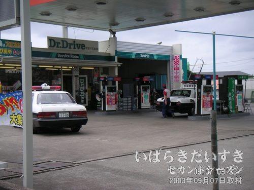 パトカーが給油<br>珍来にむかう道中のガソリンスタンドで、パトカーが給油しています。