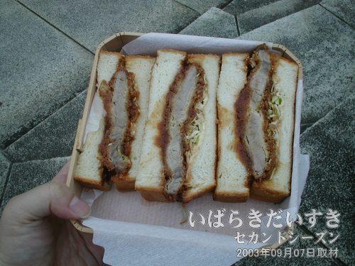 朝食にカツサンド<br>肉厚なカツサンド。一人で食べるような量ではありません、うぬー(><)。