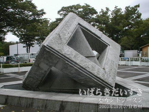ゆるぎ石<br>50トンとも言われる石を、片手で揺らすことのできる装置です。