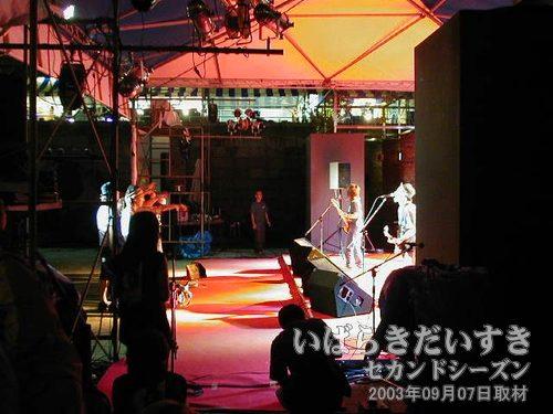 センターステージではバンド<br>センタステージでは、バンドが演奏を行なっています。