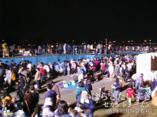 花火大会が終わって<br>お客さんが帰宅の途につきます。70万人の人手だとか。