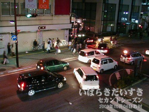 土浦駅前 丸井、りそあ銀行前<br>歩行者、車入り乱れての大混雑。