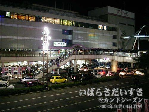人であふれかえる土浦駅<br>土浦駅舎からは電車待ちのお客さんであふれかえっています。どうやら、駅構内の入場制限をしているようで、皆、待っているようなのです。