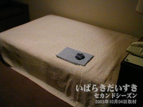 ベッド<br>シングルルームですが、ダブルくらいの幅があります。